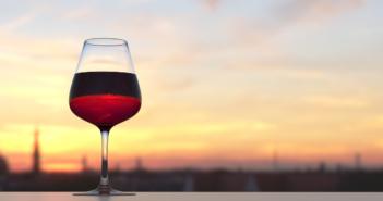 Vörösbor pohárban, naplementével